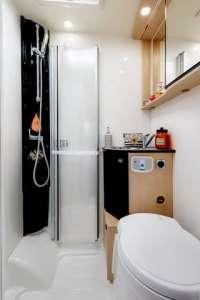 salle de bain dans le camping-car profilé étroit