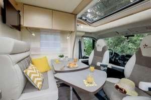 Salon lumineux dans un camping-car étroit